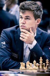 Maailmanmestari Magnus Carlsen mietteliäänä.